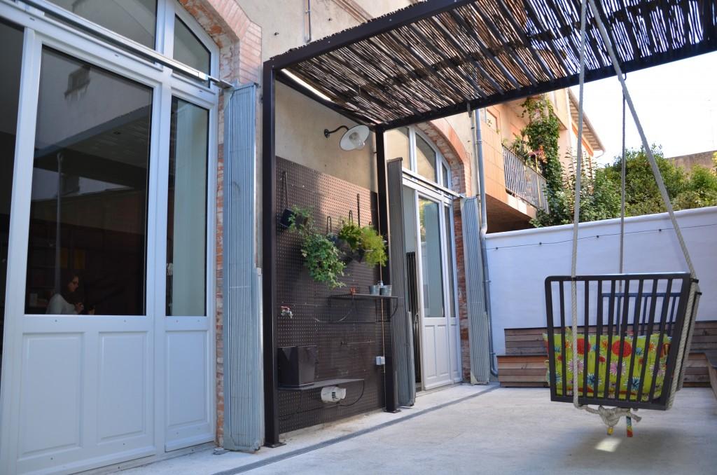 La cour privative a été aménagée par l'atelier de ferronerie contemporaine Atmos'Fer. ©A.Alric / De Fil en Deco
