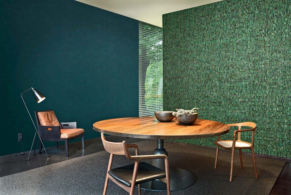 Au mur, des feuilles de nénuphars tissées dans du papier peint. © Omexco