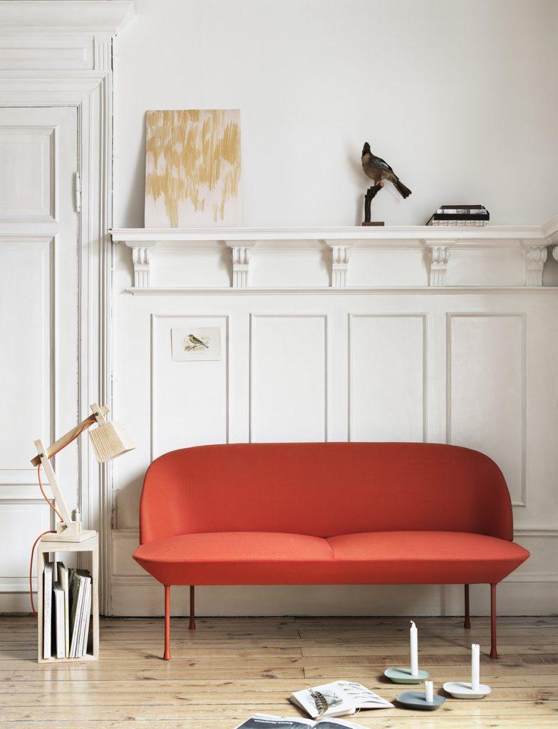 Canapé rouge, pieds fins, design ©Muuto / Matea