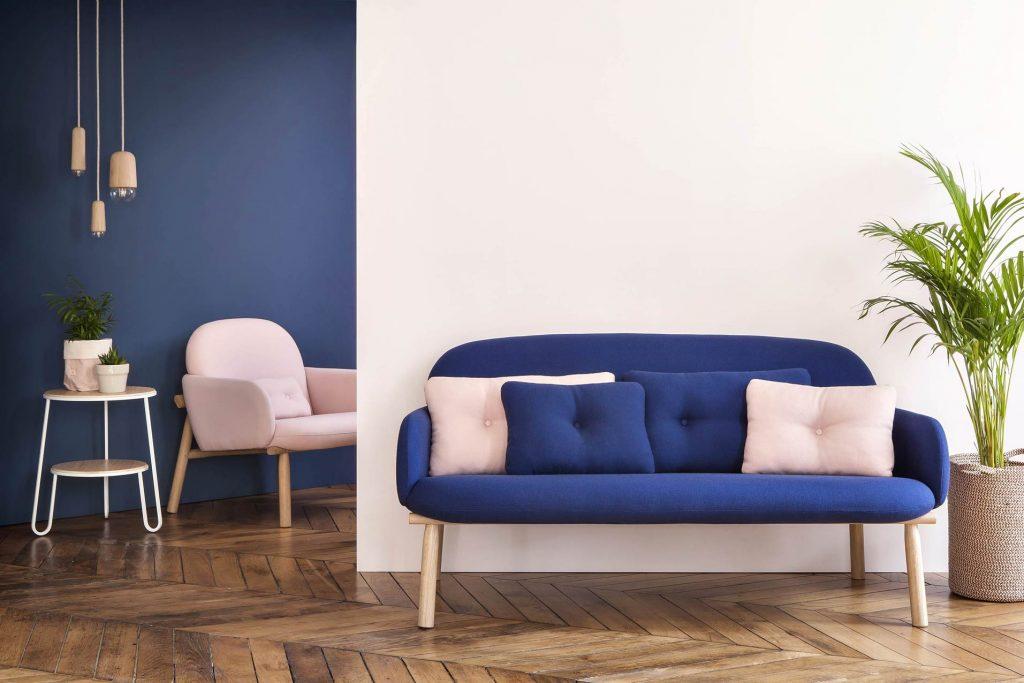 Canapé design bois et tissu, bleu profond ©Harto