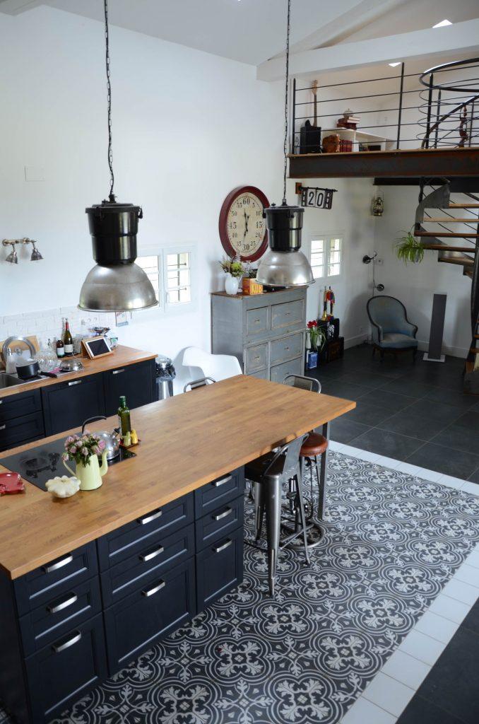 Carreaux de ciment au sol pour une cuisine vintage et moderne