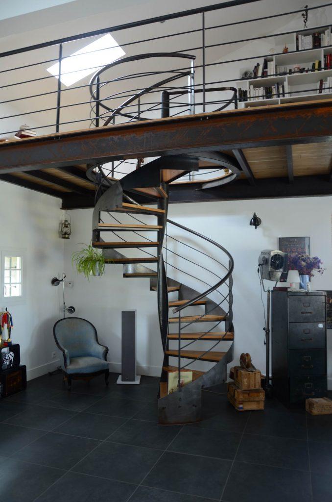 Escalier design en métal en colimaçon