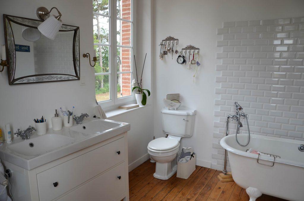 Salle de bain vintage, carreaux métro, baignoire patte de lion