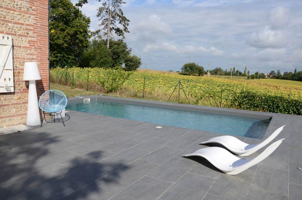 Liner gris dans la piscine, déco design d'extérieur
