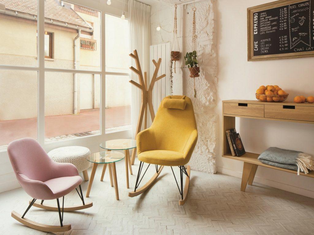 Fauteuils design à bascule, salon jaune et rose ©Zago