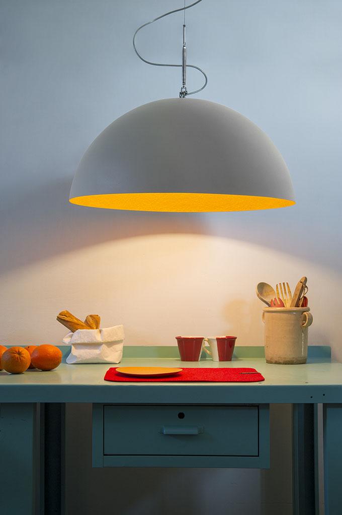 Cuisine colorée et lustre de grande taille © In-es.artdesign