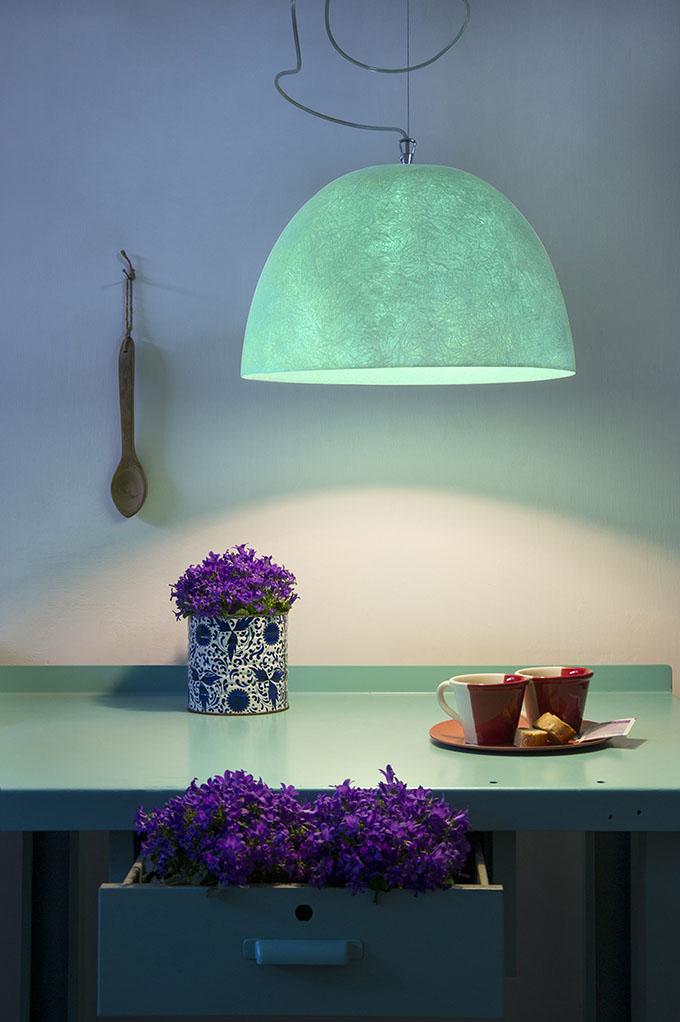 Cuisine et luminaire verts, violettes © In-es.artdesign