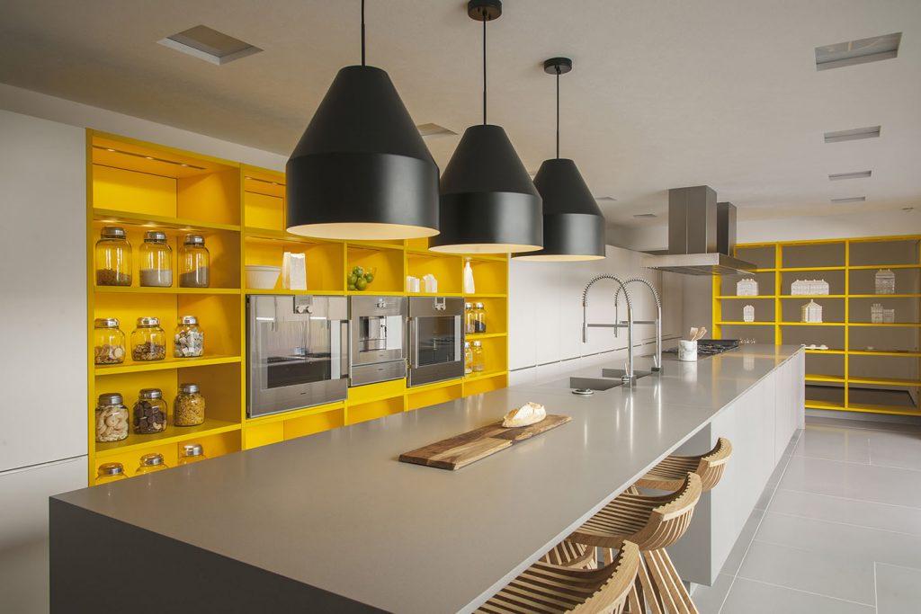 Cuisine jaune et blanche, suspensions magistrales © Leicht