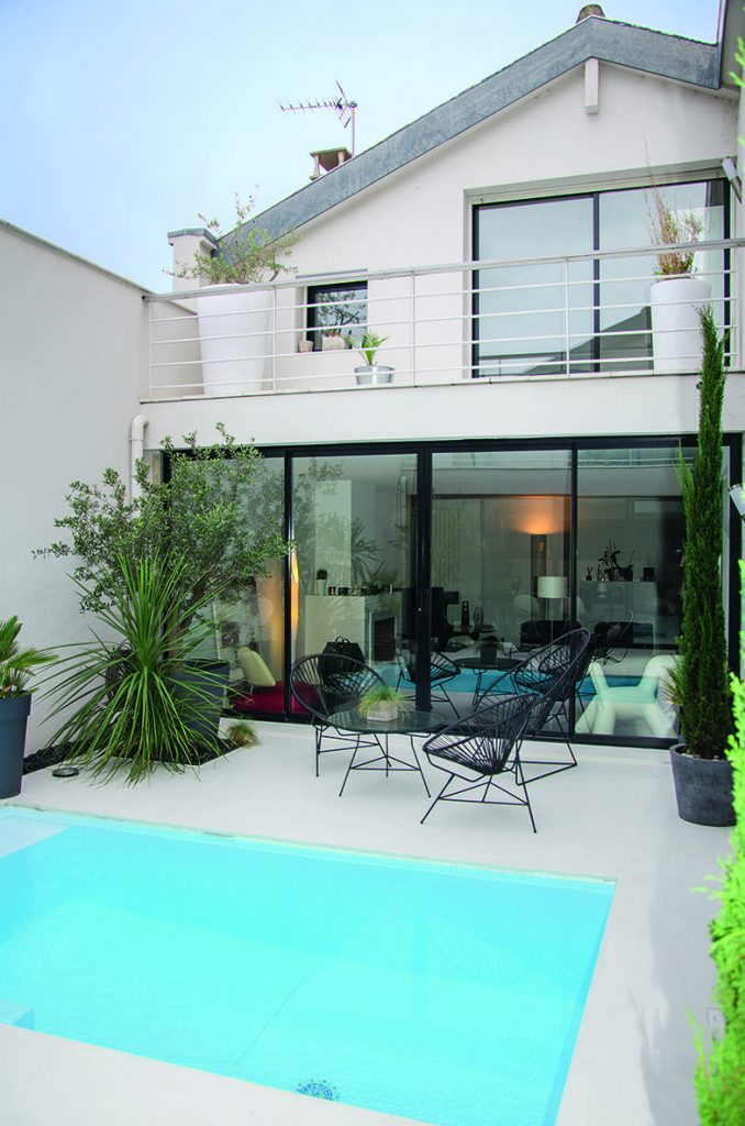 Patio avec piscine, maison design