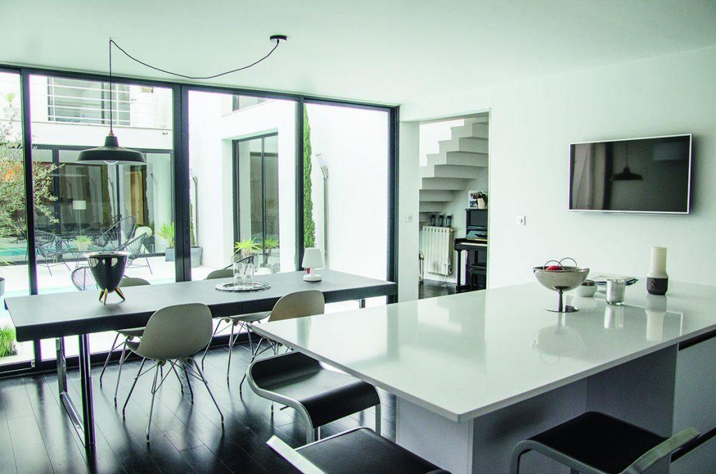 Cuisine et salle à manger en noir et blanc, épuré